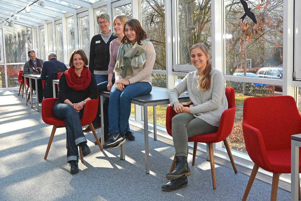 Auch das Stadtbücherei-Team freut sich über die neuen Möbel.