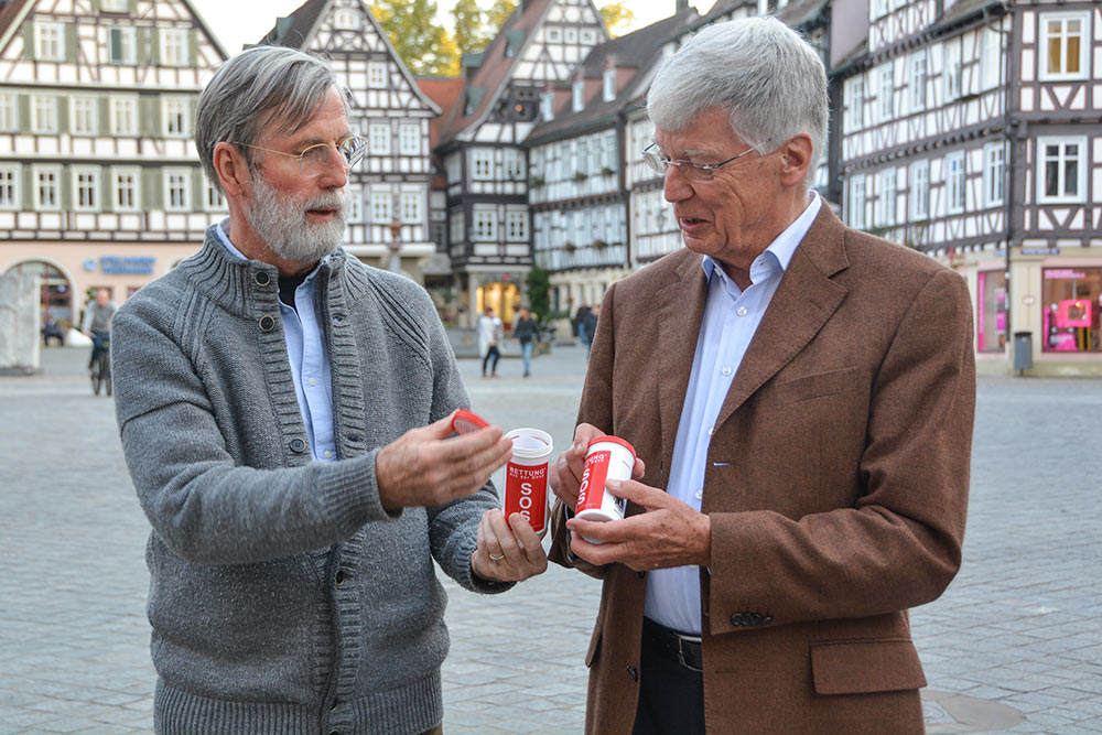 Dr. Gunter Kaiser und Dr. Heinz-Jürgen Kopmann (v.l.) wollen die Rettungsdose bekannt machen.