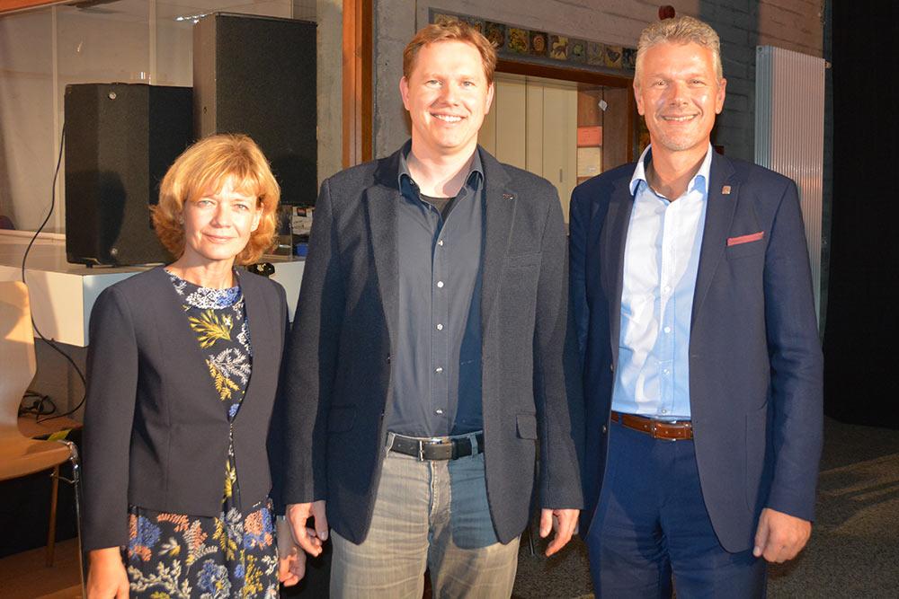 Der Chor des MPG und stellvertretender Schulleiter Christoph Wieloch begrüßten ihren neuen Rektor Markus Wasserfall herzlich.