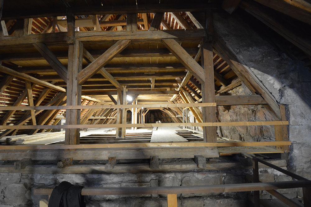 Der Dachstuhl drückt auf die Gewölbedecken des Chors.