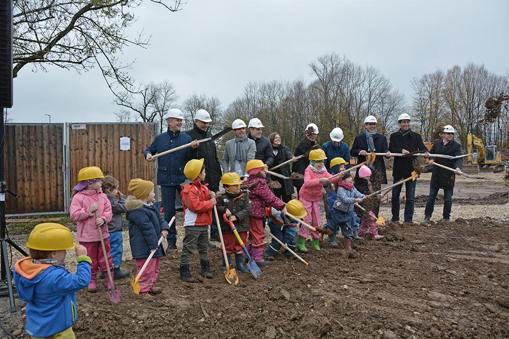 Große Freude bei allen Beteiligten: Der Bau des Bewegungskindergartens im Sportpark Rems kann beginnen.