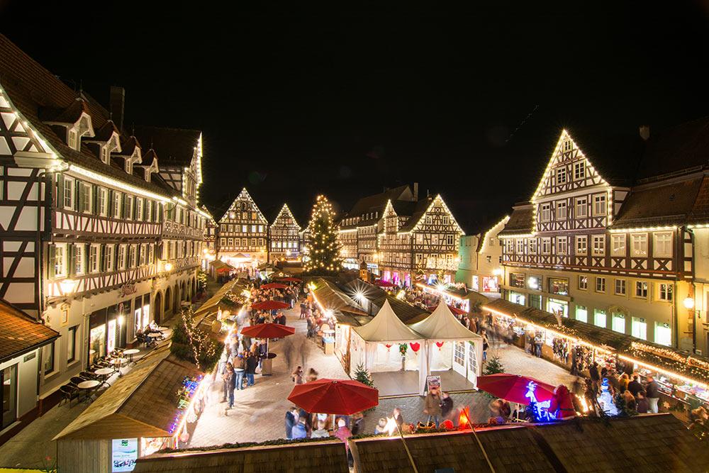 Blick auf die Schorndorfer Weihnachtswelt bei Nacht