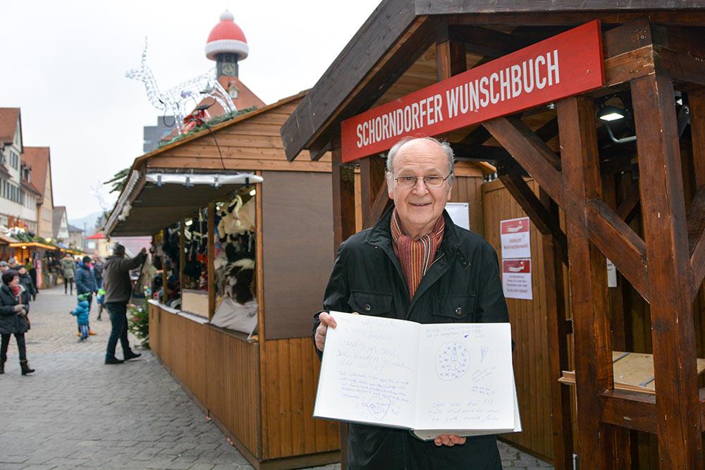 Waldemar Jung mit dem Schorndorfer Wunschbuch