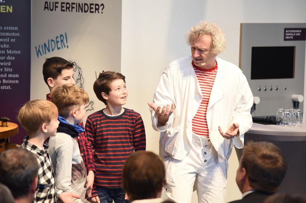 Bildungsclown Jörn Birkhahn sorgte mit seinem Programm für staunende Kinderaugen