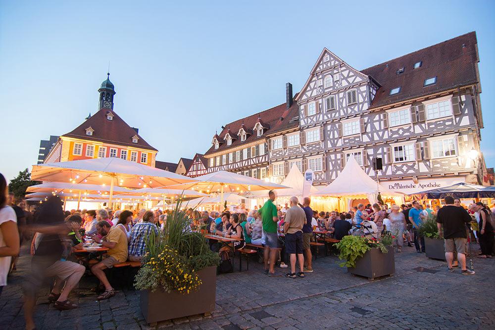 Die 23. Schorndorfer Weintage laden zu Wein, Spezialitäten und Musik auf den Marktplatz ein.