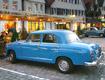 Parkplatz mit blauem Oldtimer
