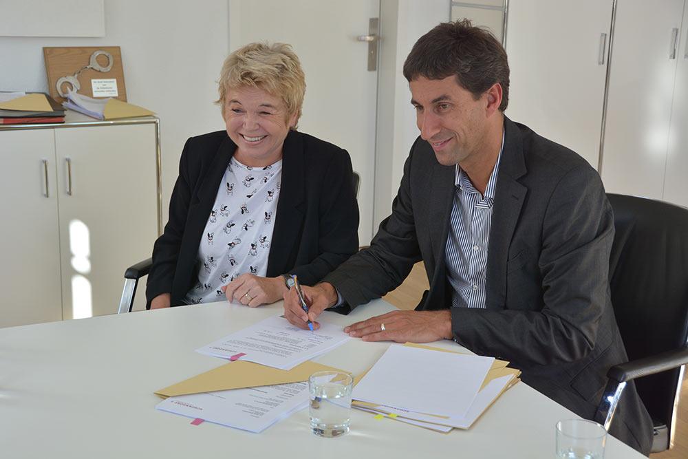 Hanne Mörtl und OB Matthias Klopfer unterzeichnen den Trägervertrag.