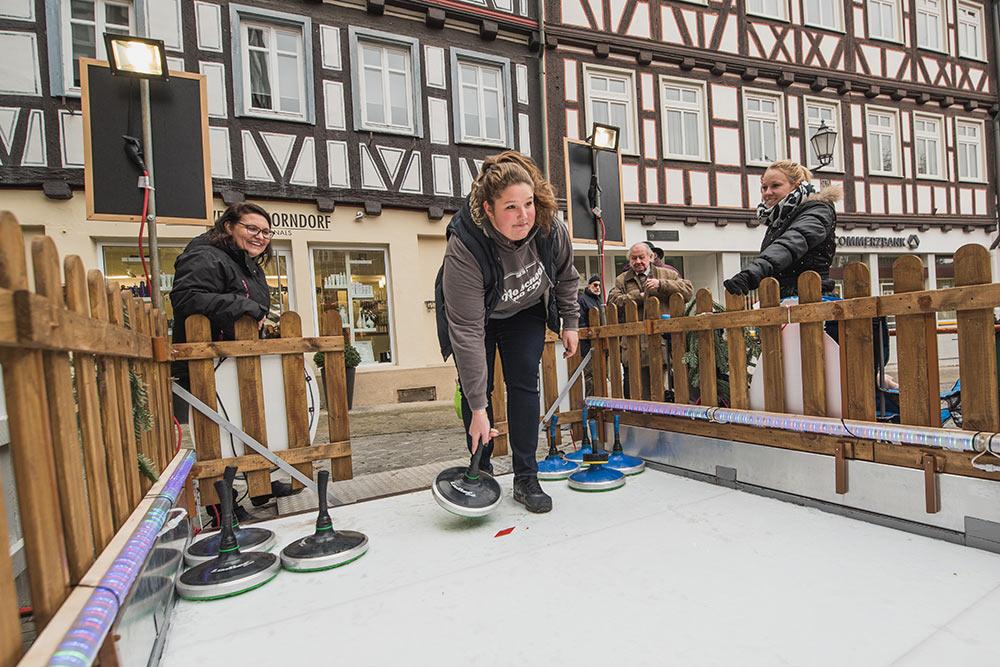 Die neue Attraktion will gleich ausprobiert sein: Eisstockschießen am Oberen Marktplatz.