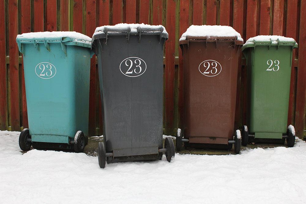 Mülltonnen im Schnee