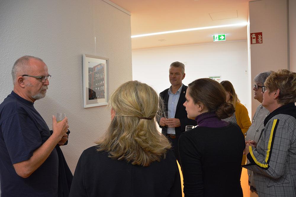 EBM Hemmerich mit den Fotografen bei der Vernissage der Ausstellung.