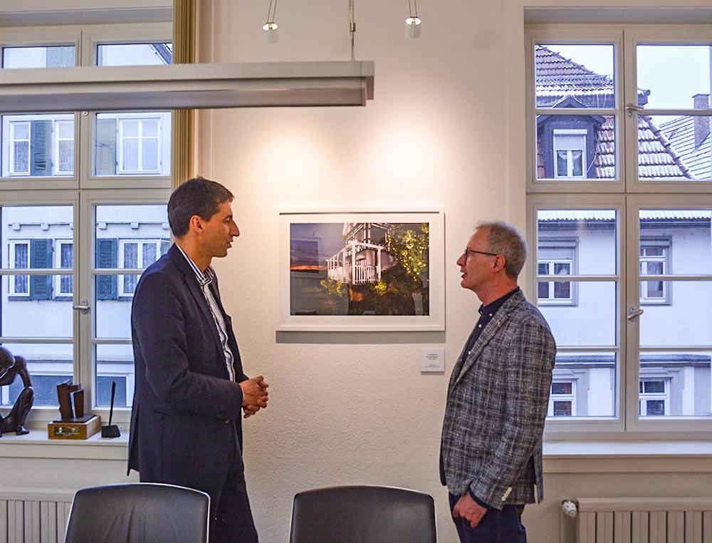 """Oberbürgermeister Matthias Klopfer und Künstler Ulrich Kolb diskutieren das Werk """"Grafenberg: Wengerthaus I"""""""