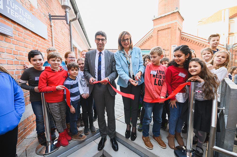 OB Klopfer und Staatssekretärin Schütz eröffnen mit den Kindern die neue Tüftlerterrasse.