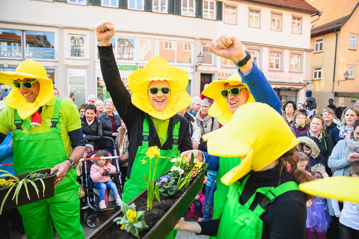 Hurra für die Blumen: Erster Bürgermeister Hemmerich und Bürgermeister Englert freuen sich.