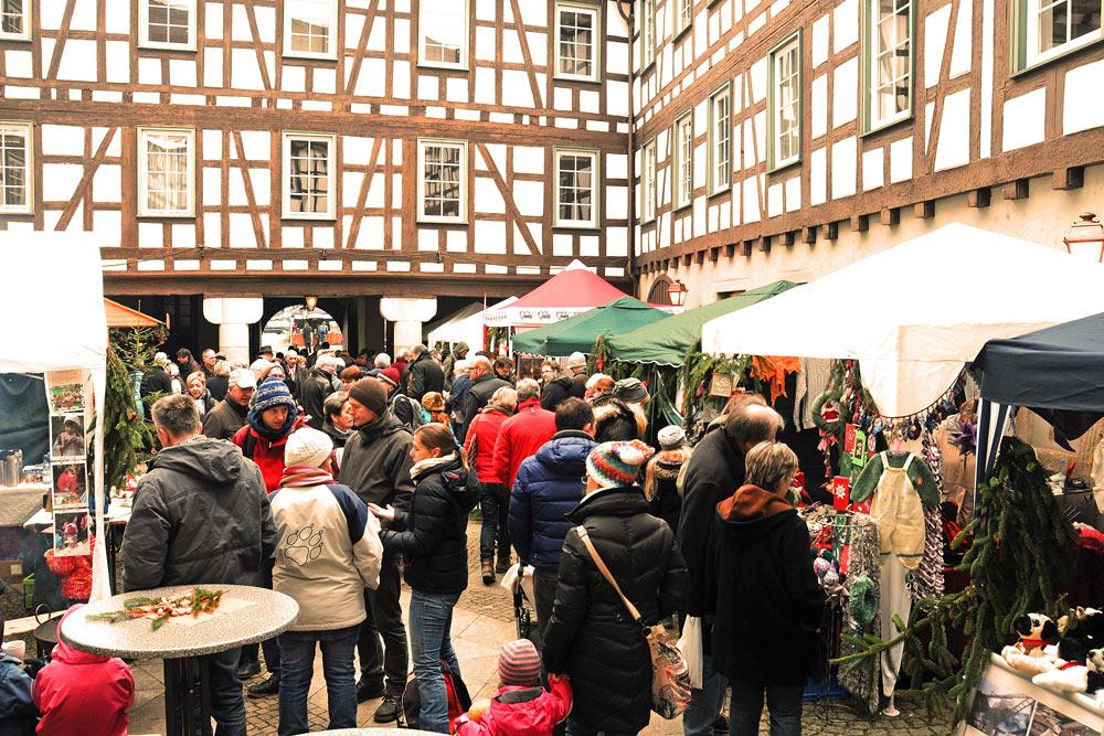 Weihnachtsmarkt der Vereine im Innenhof des Schlosses