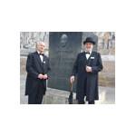 Zwei Stadtführer im Daimler-Kostüm vor dem Daimler-Denkmal beim Schorndorfer Rathaus.