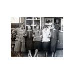 Sechs Freundinnen stehen lachend vor einem Kiosk