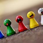Spielfiguren mit Gesichtern