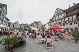 Einige Besucher haben sich bei Summer in the city auf dem Schorndorfer Marktplatz versammelt