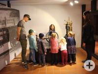 Einige Kinder und zwei Erwachsene machen eine Erlebnisführung