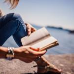 Lesende Frau am Ufer