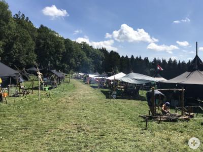 Mehrere Zelten stehen auf einer Wiese beim Sommercamp im Jahr 2018