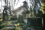 Der Alte Friedhof in Schorndorf mit einer Kapelle im Hintergrund