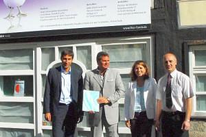 Übergabe der Baugenehmigung mit Oberbürgermeister Matthias Klopfer und drei weiteren Personen