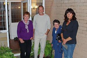 Hans-Dieter und Andrea März mit ihren Gastgebern