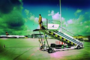 Eine Person steht auf einer Flugzeugleiter beim Flughafen Stuttgart