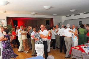 Mehrere Senioren tanzen in einer großen Halle