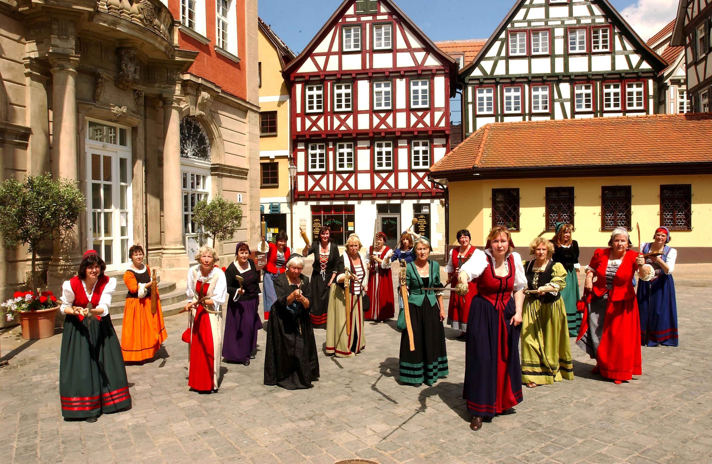 Schorndorfer Weiber vorm Rathaus