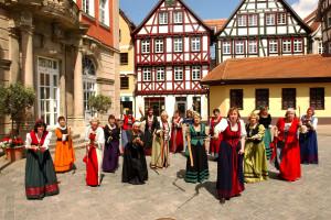 Die Schorndorfer Weiber auf dem Marktplatz vor dem Rathaus