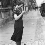 Eine Frau in Berlin spielt mit einem Jo Jo