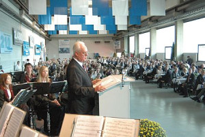 Seniorchef Wolfgang Frech spricht zu anderen Menschen