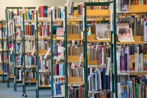 Stadtbücherei Schorndorf mit einigen Bücherregalen und Büchern