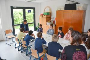 Oberbürgermeister Matthias Klopfer im Gespräch mit Schülerinnen und Schülern.