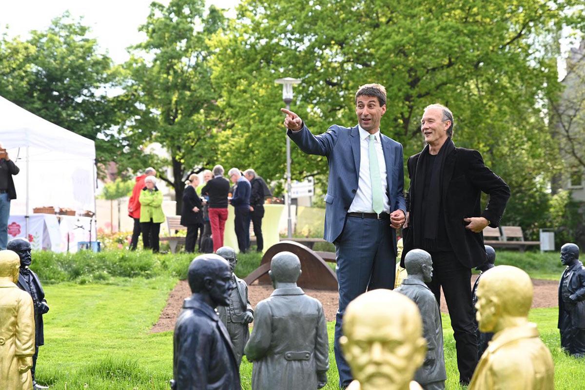 OB Matthias Klopfer und Ottmar Hörl haben gemeinsam die Daimler-Installation im Schlosspark eingeweiht.