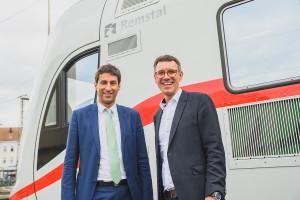 """Matthias Klopfer und Thorsten Englert (v.l.). vor dem Intercity """"Remstal"""""""