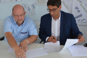 Vetrag unterzeichnet: Pfarrer Christof Haß und OB Matthias Klopfer (v.l.).