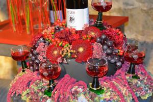 """Die Reihe """"Blumen im Schlosskeller"""" befasst sich mit dem Thema """"Weinberge, Wengerter und ihr Wein"""" und kann noch bis zum 22. September bewundert werden."""
