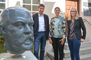 Bild mit Daimler-Kopf: Elke Piepenbring (Mitte), OB Matthias Klopfer und Julia Geiger.