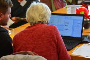 Jung erklärt Alt: Der Digital-Kompass hilft beim Verstehen von Computern.