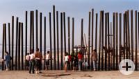 Skulpturen an einem Strand mit einigen Menschen
