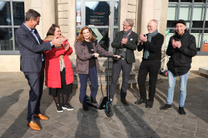 Projektleiterin Diana Gallego Carrera (Mitte) erntet Applaus von Bürgermeister Thorsten Englert (links) und den Partnern für das innovative Projekt.