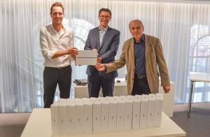Der amtierende Präsident des Rotary Club Schorndorf Felix Stammler (rechts) und sein Nachfolger Reinhard Scherer (links) übergeben die 15 iPads, die mit ihrer Spende erworben wurden, an Bürgermeister Thorsten Englert.