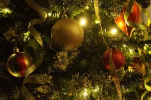 Weihnachtsbaum mit goldenen und orangene Schmuck