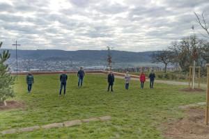 Übersicht über die Aussichtsplattform auf dem Grafenberg mit den neu gepflanzten Bäumen und den Vertretern von Stadt und Kirche