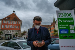 Bürgermeister Thorsten Englert testet den Parkster am Unteren Marktplatz