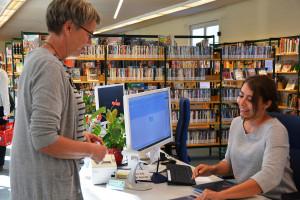 Eine Mitarbeiterin der Bücherei bereitet Bücher für die Verleihe vor.
