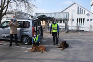 Die beiden Personensuchhunde mit ihren Mantrailern und EBM Hemmerich